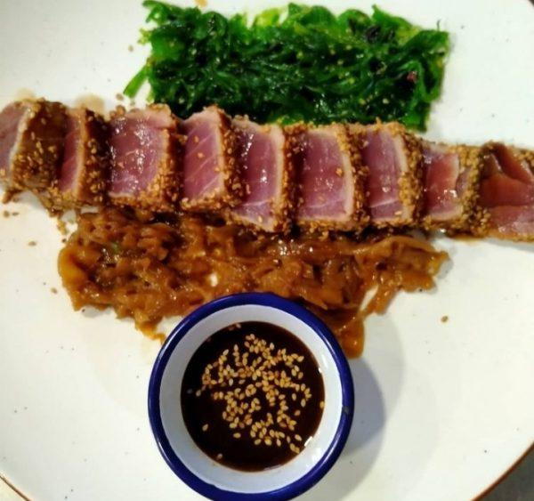 Tataki de atún envuelto en semillas de sésamo