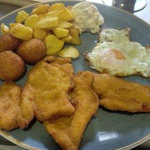 Plato combinado de pechuga de pollo empanada